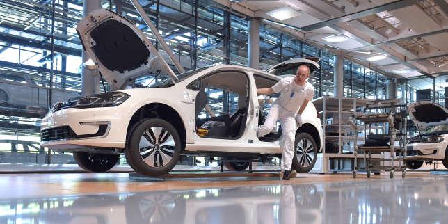 Un mécanicien sur une ligne de production de la Volkswagen e-Golf, à Dresde (est de l'Allemagne), en mai.