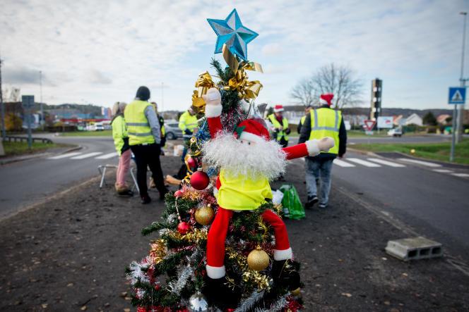 Décoration de Noël sur un rond-point tenu par des«gilets jaunes», le 4décembre, à Gaillon, dans l'Eure.