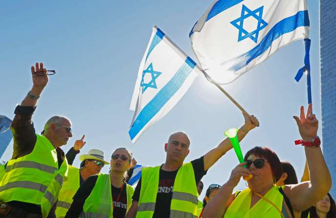 Des« gilets jaunes» israéliens brandissent leur drapeau national lors d'une manifestation contre la hausse du coût de la vie, le 14 décembre 2018.