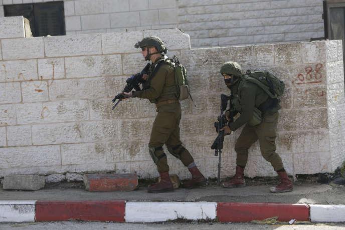 Des soldats israéliens lors d'une opération de recherche d'un Palestinien suspecté d'être l'auteur d'une fusillade, à Ramallah (Cisjordanie), le 10 décembre.