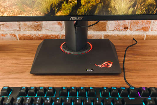 Le socle du PG279Q est solide et permet à l'écran de tourner à soixante degrés dans un sens comme dans l'autre. Une lumière rouge apaisante en émane. Vous pouvez choisir de l'éteindre, mais pas de la tamiser.