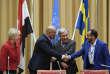 Sous les yeux de la ministre des affaires étrangères suédoise, Margot Wallström, le ministre des affaires étrangères yéménite, Khaled Al-Yamani (à gauche), serre la main du chef des forces rebelles houthistes, Mohammed Abdel Salam (à droite),et du secrétaire général des Nations unies, Antonio Guterres, le 13 décembre, à Stockholm.