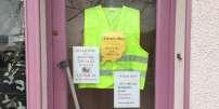 A Chef-Boutonne (Deux-Sèvres), une boutique de vêtement va prochainement fermer :« Trop de charages et trop peu de clients», indique sa patrone qui a accroché un gilet jaune en devanture.