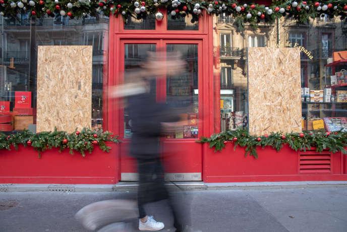 La vitrine d'une épicerie espagnole, 23 rue Jouffroy-d'Abbans, dans le 17e arrondissement de Paris, le 13 décembre, vandalisée le jour de la manifestation des «gilets jaunes», le 8 decembre.