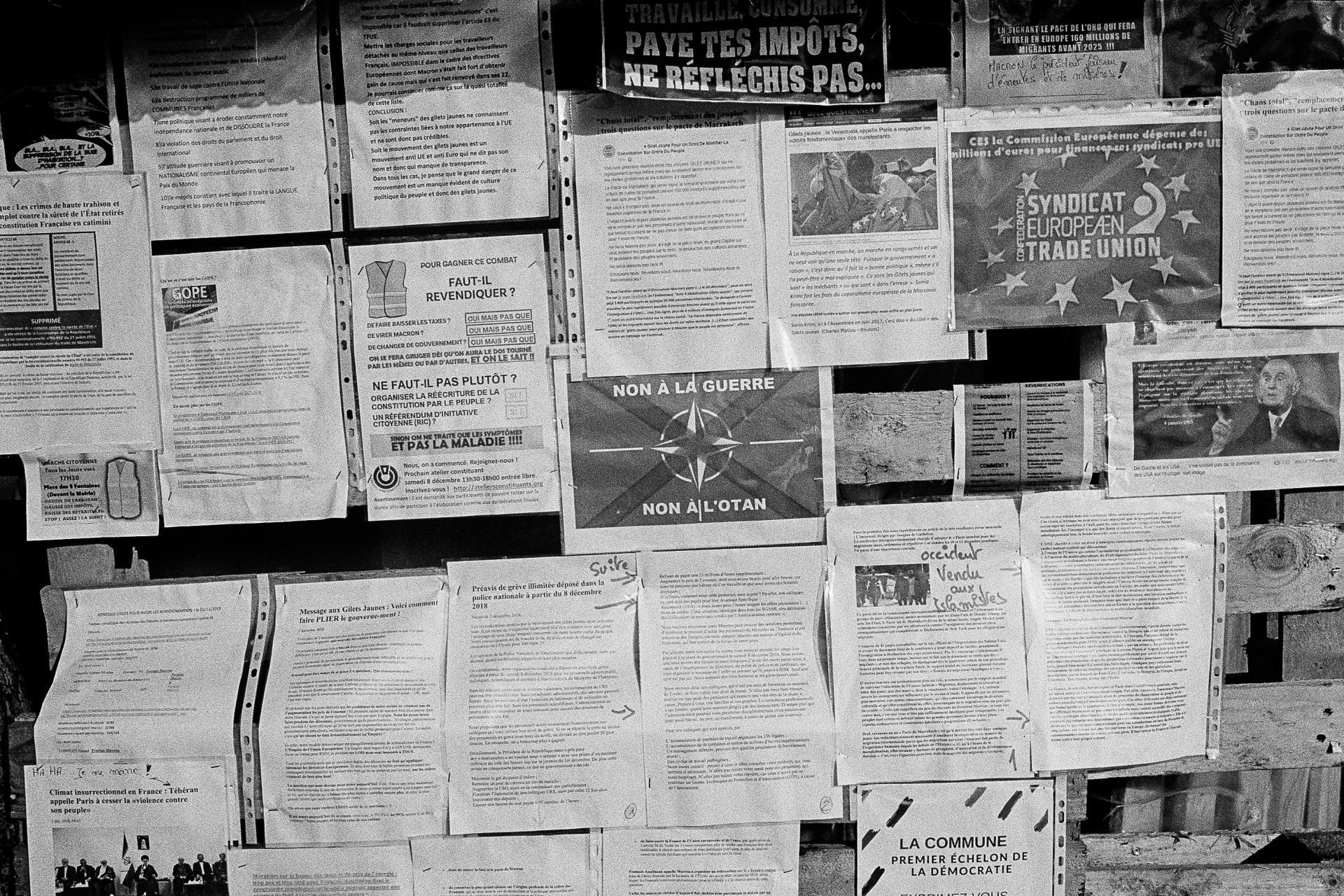 Rond-point de Samazan, lundi 10 décembre. Un panneau où sont affichés les revendications des «gilets jaunes» et d'autres textes informatifs.