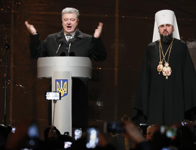 Le président ukrainien, Petro Porochenko félicite Epiphanie, gouverneur du patriarcat de Kiev, pour son élection, à Kiev, le 15 décembre.