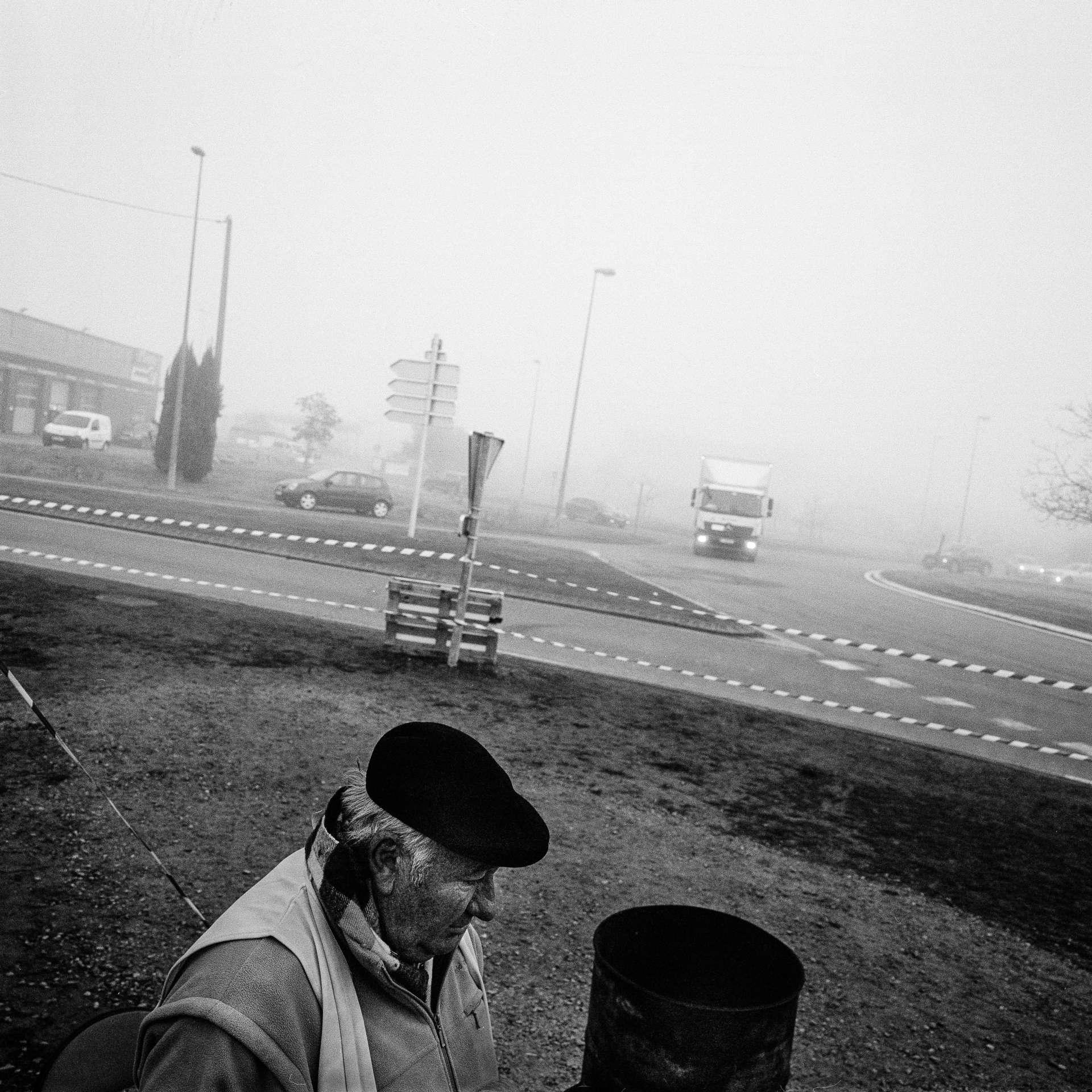 Rond-point de la grande surface Leclerc, sur la propriété de la chaîne hôtelièreCampanile, à Marmande. Un «gilet jaune» se réchauffe, mardi11décembre, au lendemain du discours du chef de l'Etat.