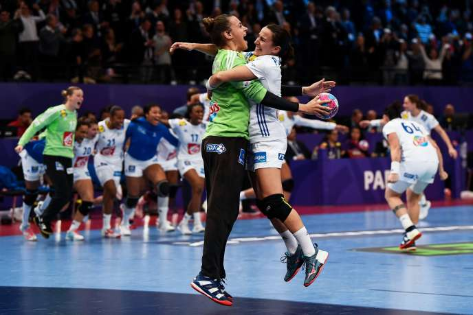 L'équipe de France féminine de handball célèbre sa victoire en demi-finale de l'Euro, àl'AccorHotels Arena de Paris, le 14 décembre.