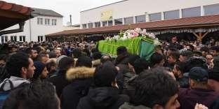 Le cercueil de Kamal Naghchband, tué parCherif Chekkat, porté dans la mosquéeEyyûb Sultan, à Strasbourg, le 14 décembre.