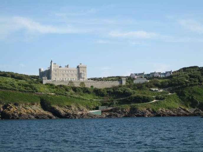 Brecquou a échappé au baillage exercé par Jersey et Guernesey sur les sept îles qui forment l'archipel anglo-normand : Aurigny, Sercq, Jethou, Herm, les Ecréous, Roches-Douvres, les Minquiers.