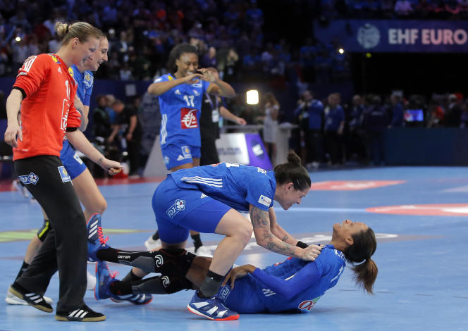 « On l'a fait pour toi», crient les Françaises à Allison Pineau, expulsée en entame de seconde période.