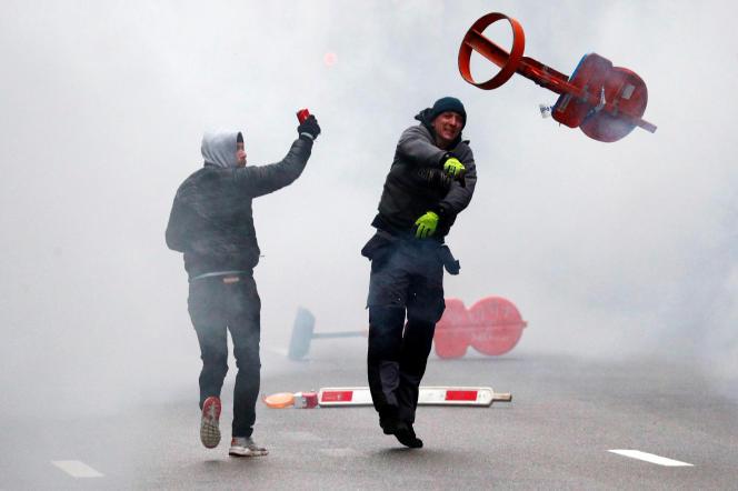 En marge du cortège, un manifestant d'extrême droite jette un projectile en direction de la police, à Bruxelles, le 16 décembre.