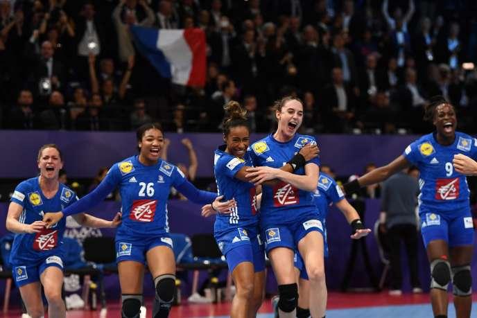 La joie des Françaises à la fin du match. Elles remportent leur premier titre européen, à domicile.