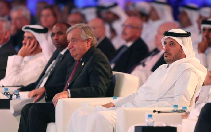 Le premier ministre et ministre de l'intérieur qatari Abdallah Ben Khalifa Al Thani (à droite) et le secrétaire général des Nations unies, Antonio Guterres (au centre), au Forum de Doha, le 16 décembre.