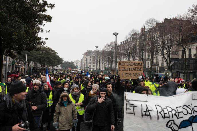Plus d'un millier de manifestants sont rassemblés au départ de la marche, à Nantes, le 15 décembre.
