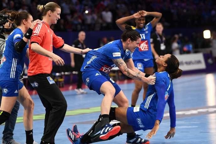 Les joueuses françaises Alexandra Lacrabère etAllison Pineau apès la victoire de la France en finale du Championnat d'Europe de handball féminin, le 16 décembre 2018.