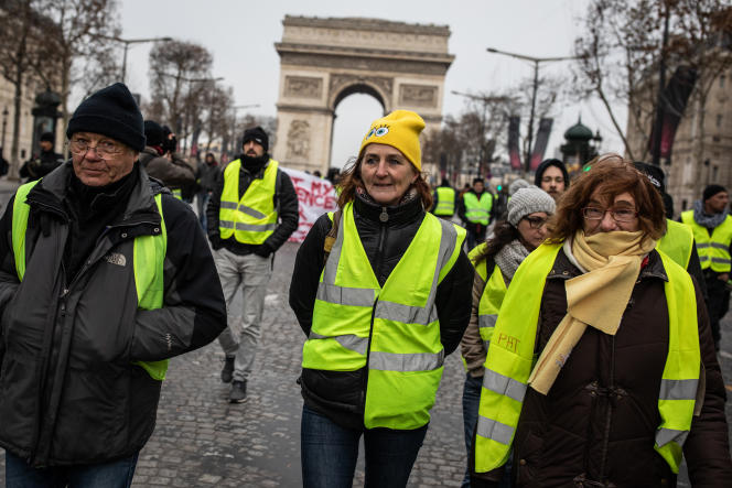 Des « gilets jaunes»descendent les Champs-Elysées, le 15 décembre.