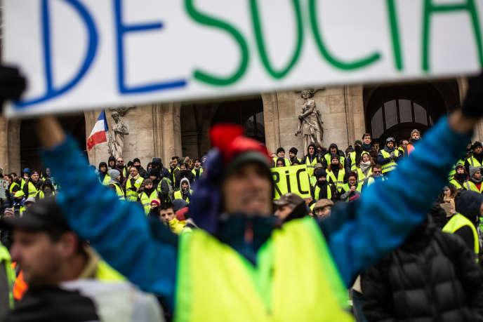 Rassemblement de « gilets jaunes», place de l'opéra, le 15 décembre. Moins de 3 000 manifestants ont été comptabilisés par la préfecture de police.