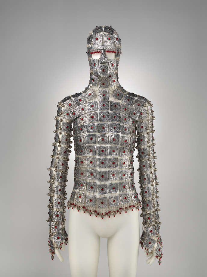 Armure-bijou en aluminium et cristaux Swarovski rouges de Shaun Leane pour la collection printemps-été 2000 d'Alexander McQueen.