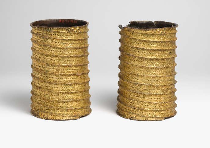 Bracelets en or gravés de têtes de crocodile, royaume du Bénin, XVIIe-XIXe siècle.