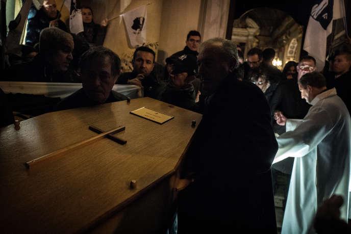 La dépouille d'Edmond Simeoni, mort à l'âge de 84 ans, quitte l'oratoire Saint-Roch, à Bastia, le 16 décembre, pour rejoindre Lozzi, devant une foule venuenombreuse lui rendre un dernier hommage.