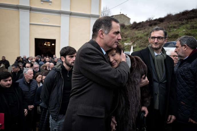 Gilles Simeoni (à gauche), son frère Marc et leur mère, Lucie Simeoni, àLozzi, le 17décembre.