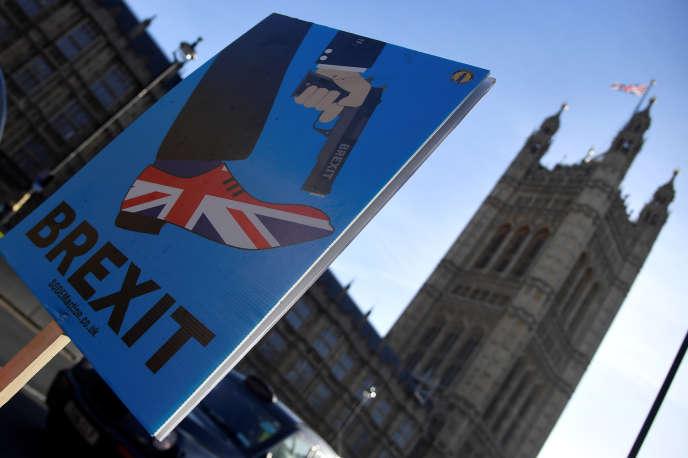 Lors d'une manifestation anti-Brexit aux abords du Parlement britannique à Londres, le 17 décembre.