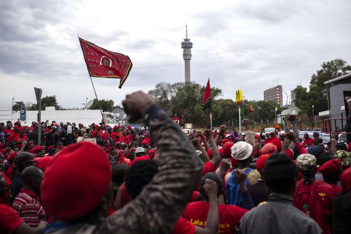 Des partisans des Combattants pour la liberté économique (EFF) manifestent devant le siège de la commission d'enquête sur les allégations de capture, de corruption et de fraude d'Etat dans le secteur public, à Johannesburg, le 20 novembre 2018 à Johannesburg.