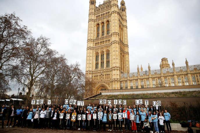 Manifestation pour un second vote sur le Brexit, devant le Parlement britannique, à Londres, le 12 décembre 2018.