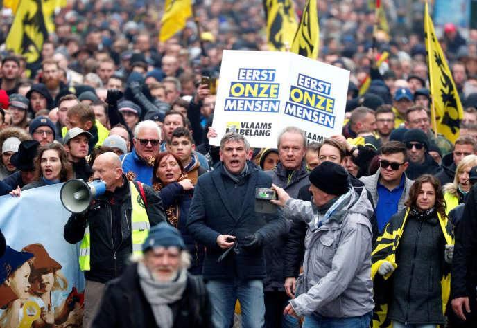 Filip Dewinter, député du parti Vlaams Belang, en tête du cortège des manifestants contre le pacte de Marrakech, à Bruxelles, le 16 décembre.