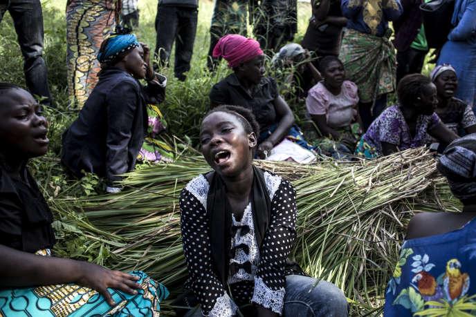 Des femmes pleurent la mort de l'une des leurs, tuée probablement lors d'une attaque des Forces démocratiques alliées (ADF), à Beni, le 12 novembre 2018.