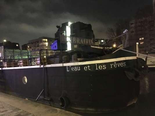 La péniche-librairie« L'Eau et les rêves», amarrée face au 9, quai de l'Oise, sur le canal de l'Ourcq, non loin du parc de La Villette.