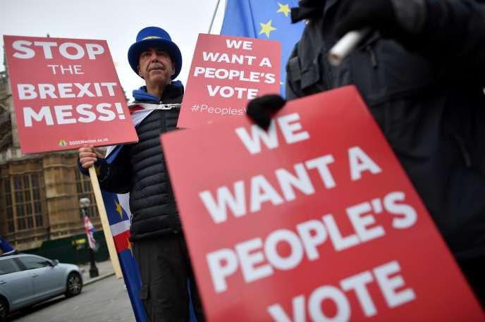 Un partisan du « Remain» réclame un second vote, devant le Parlement, à Londres, le 22 novembre.