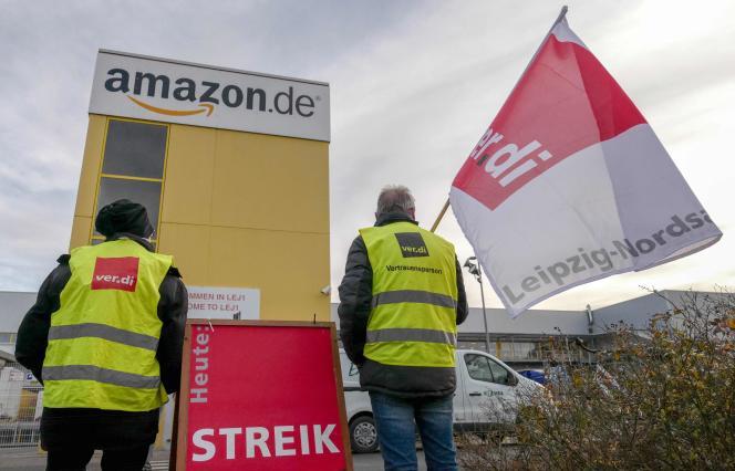 Manifestation devant un centre logistique d'Amazon, en Allemagne.