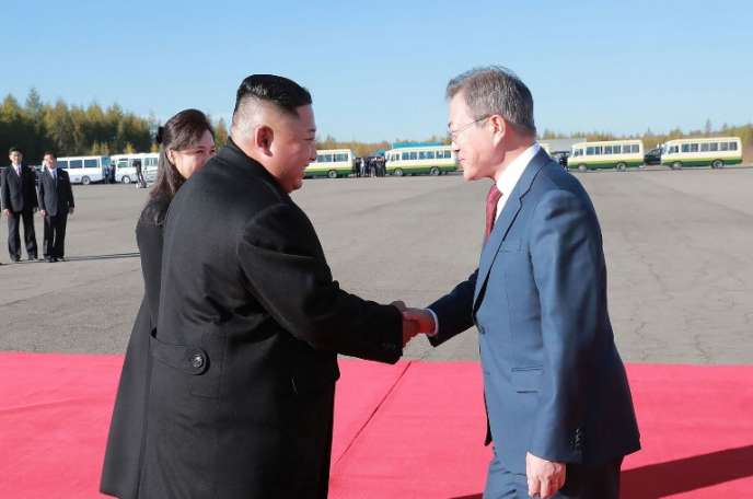 Le leader nord-coréenKim Jong-un (à gauche) accueillant le président sud-coréen Moon Jae-in (à droite), le 20 septembre 2018, à l'occasion d'un sommet intercoréen. Photo fournie par l'agence de presse nord-coréenne.