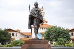 Cette statue de Gandhi a été retirée du campus de l'université du Ghana, le 11 décembre 2018.