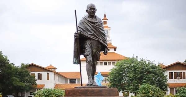 une-statue-de-gandhi-retirée-au-ghana-après-une-polémique-sur-ses-propos-racistes