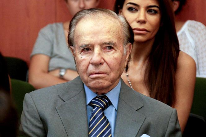 L'ancien président argentin, Carlos Menem (1989-1999), le 2 mars 2015, au tribunal de Buenos Aires. Derrière lui, se tient sa fille, Zulema.