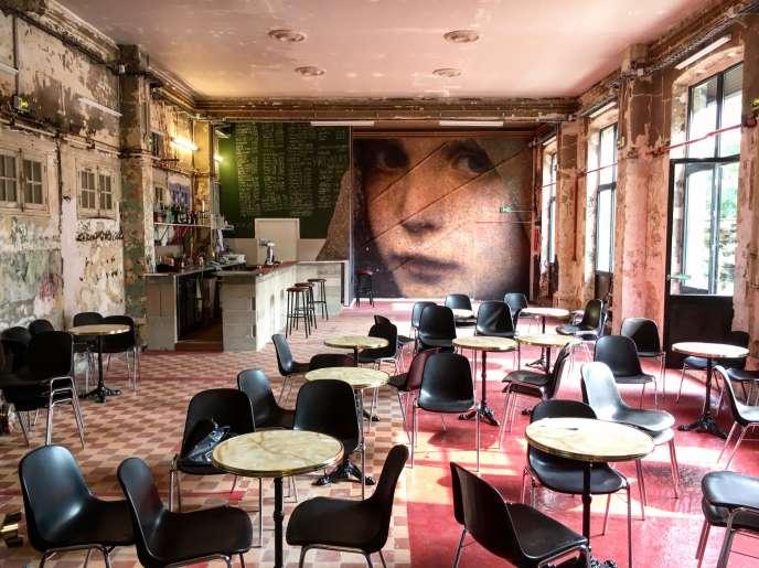 L'intérieur de La Gare (Paris 19e) avec ses chaises noires et ses tables de bistrot.