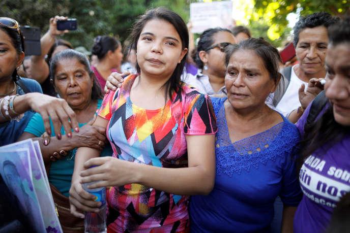 Imelda Cortez (au centre) réagit à son acquittement pour tentative d'avortement, le 17décembre à Usulutan, au Salvador.