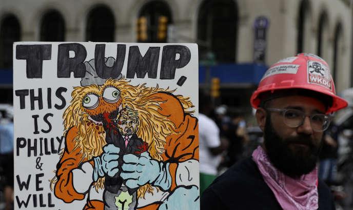 Un manifestant brandit une pancarte (« Trump, c'est Philadelphie, et on va te défoncerla gueule ! »), lors d'un discours du président Donald Trump au Philadelphia Convention Center, le 2 octobre.