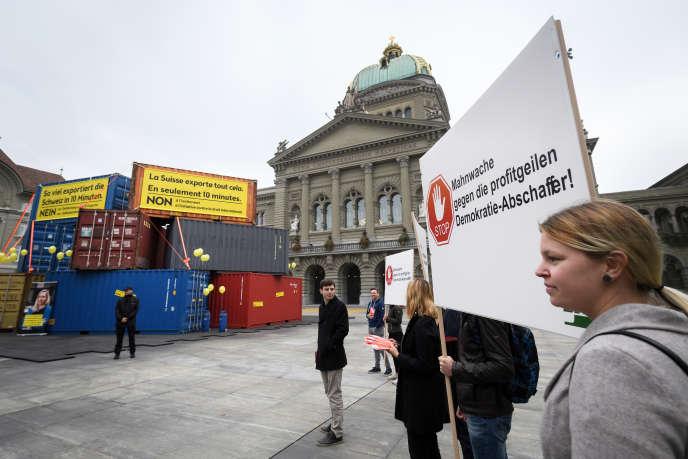 Le regard des partisants du RIC se tournent particulièrement vers la Suisse, où le recours aux référendums est inscrit dans la Constitution depuis 1848.