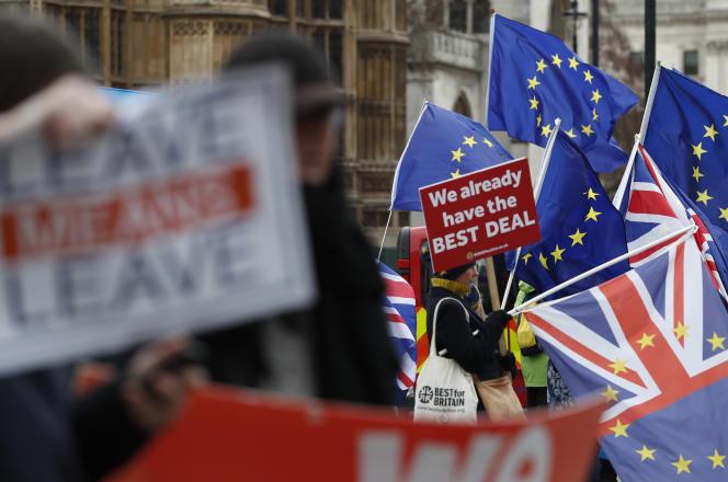 Manifestation de militants favorables et opposés au Brexit, le 18 décembre, devant leParlement britannique.