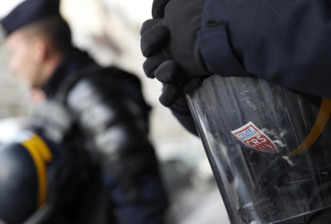 Pour apaiser la colère des policiers, le gouvernement a d'ores et déjà proposé une prime de300euros aux forces de l'ordre mobilisées face aux « gilets jaunes ».