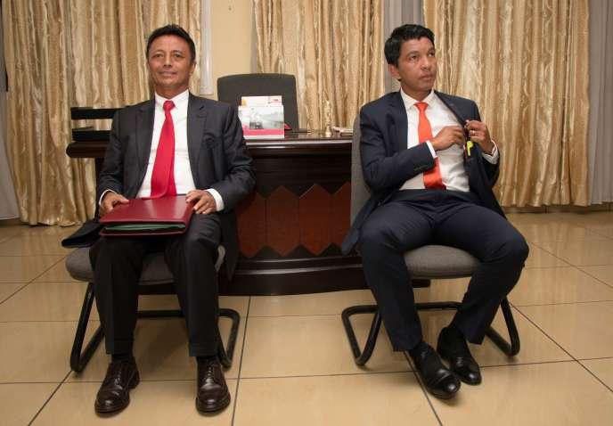 Marc Ravalomanana (à gauche) etAndry Rajoelina attendent de participer au débat organisé par la télévision nationale, le 9décembre 2018.