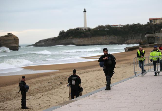 Des gendarmes lors d'une visite du ministre des affaires étrangères, Jean-Yves Le Drian, à Biarritz le 18 décembre.