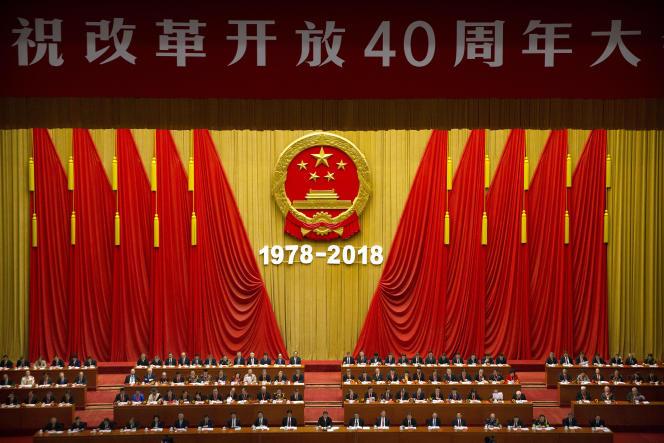 Le président Xi Jinping, (en bas au centre) lors de son discours pour le quarantième anniversaire de l'ouverture de la Chine à l'économie de marché, à Pékin, le 18 décembre.