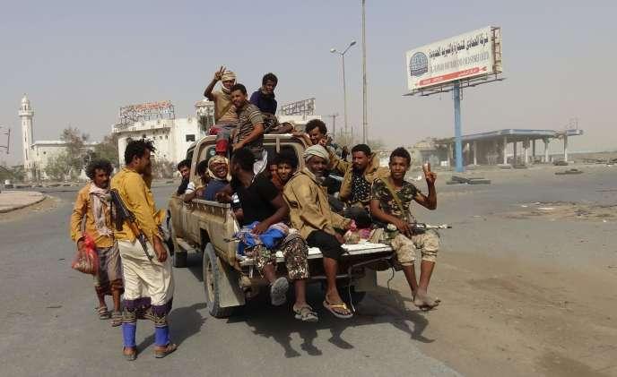 Des combattants des forces pro-gouvernementales dans la zone portuaire d'Hodeida (Yémen), le 17 décembre.