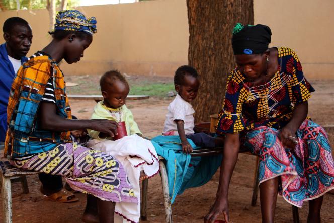 Fatoumata Kané (à gauche) et Aïsseta Diarra avec leurs enfants, Mariama (2ans) et Seydou (1,5an), au centre de santé de Ségou, au Mali, le 6décembre 2018.