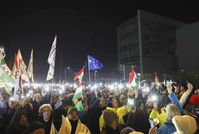 Rassemblement contre la politique du gouvernementdevantles locaux de la télévision publique MTVA, à Budapest, le 17décembre.